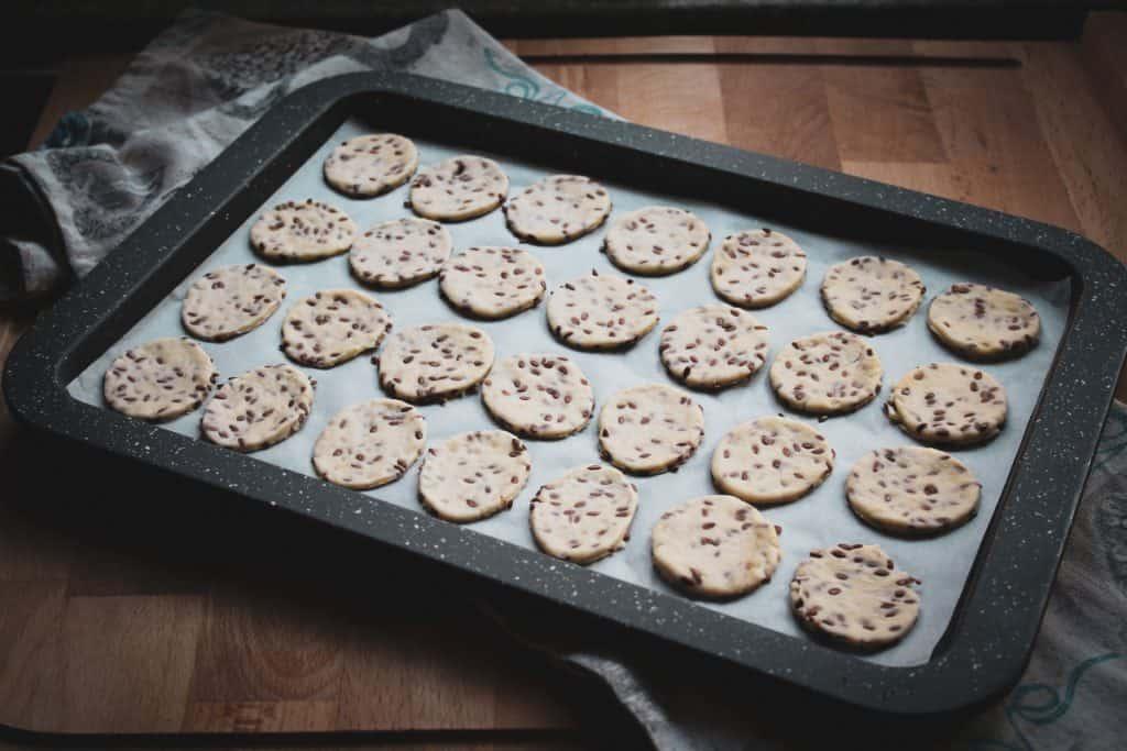 Preparazione_crackers_semi_di_lino_fatti_in_casa